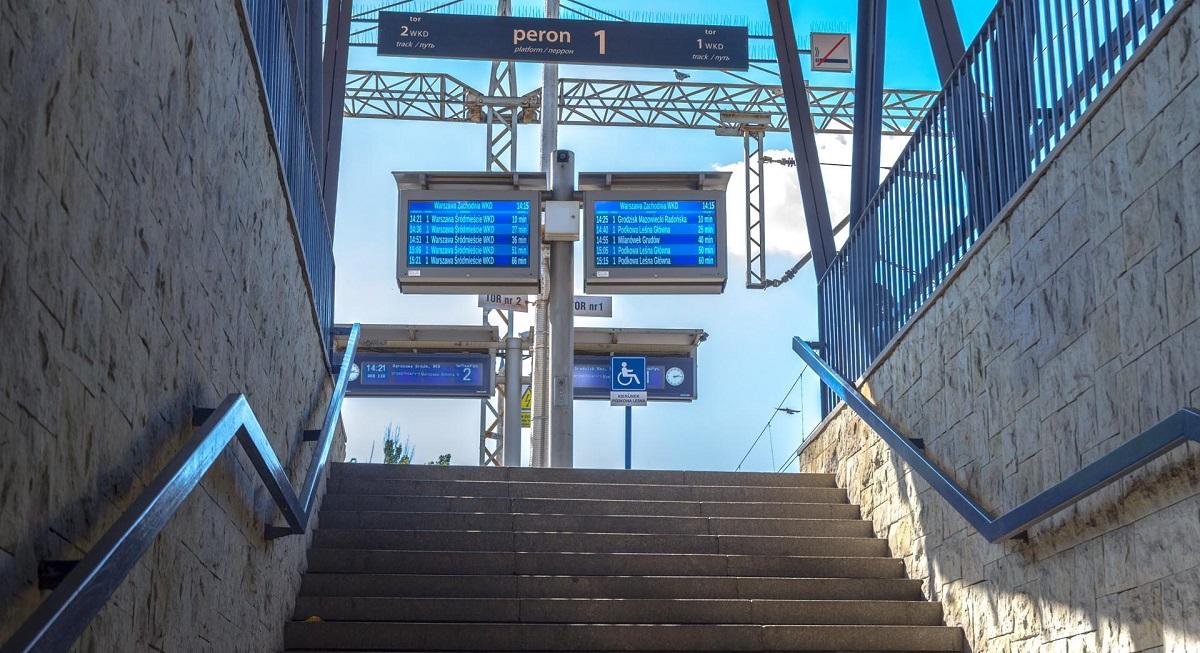 platform displays LCD TFT wyświetlacze peronowe